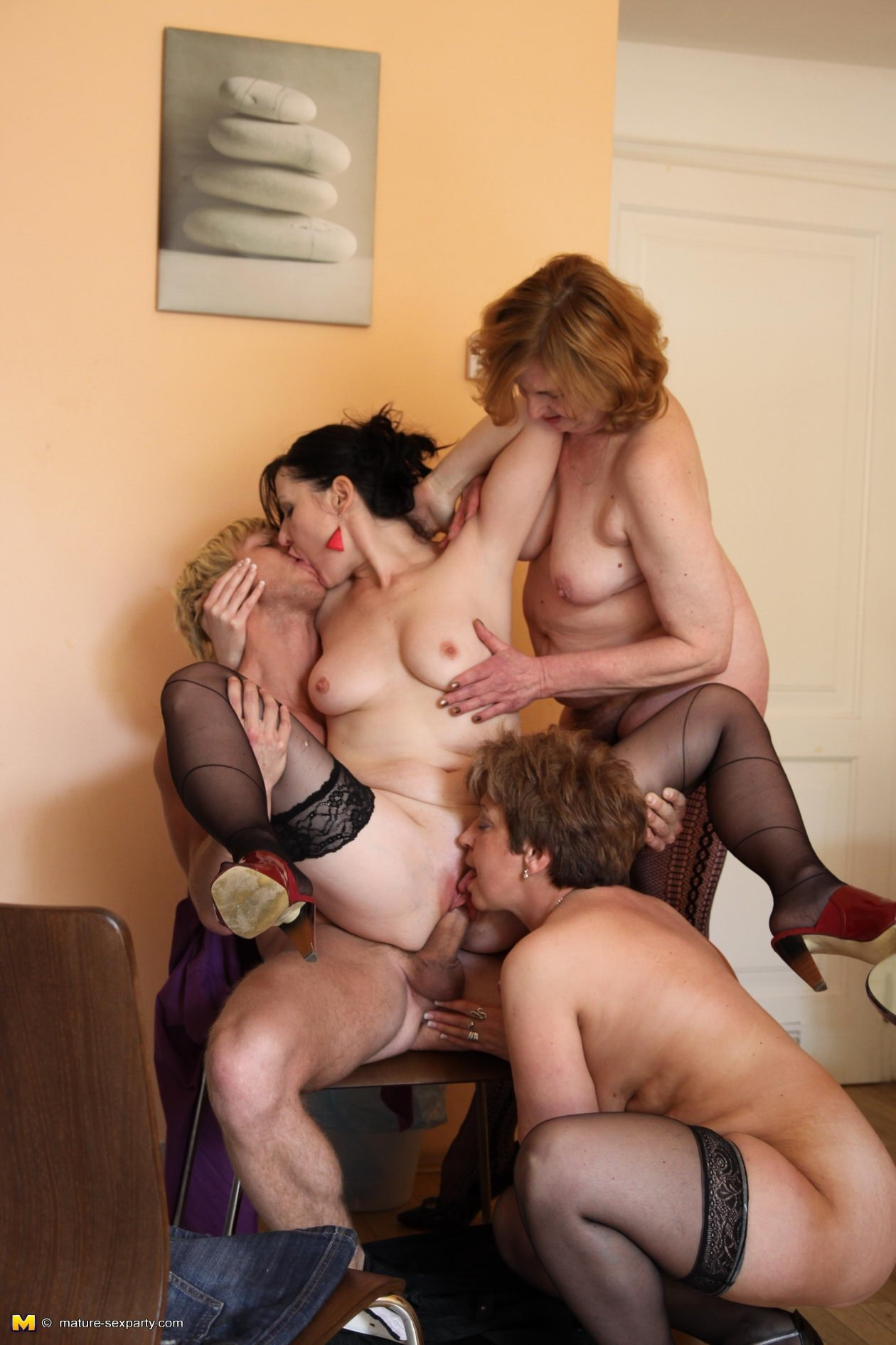 Camelstyle redhead girlfriends give great blowjob